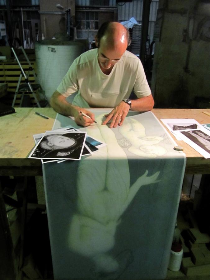 Dibuixant les peces de la marqueteria sobre la reproducció de la pintura original.