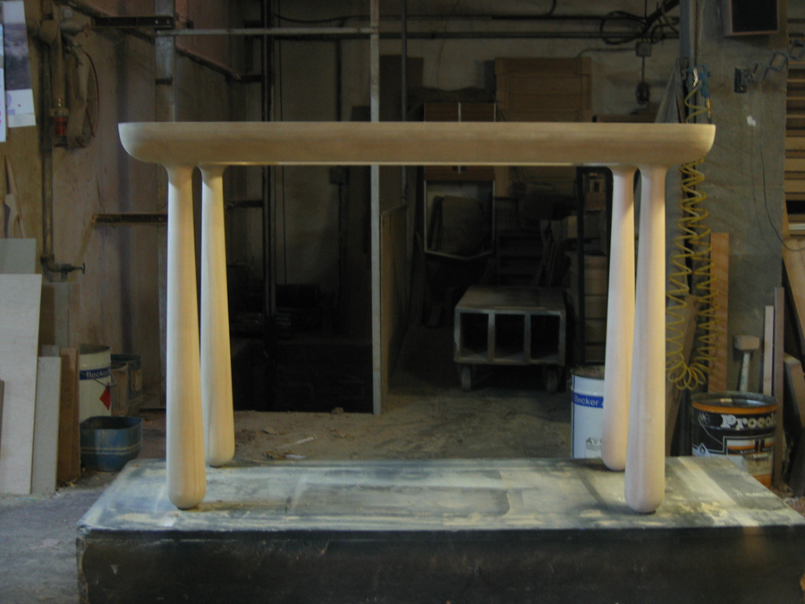 Estructura de la cónsola en d.m. i potes tornejades de fusta de til·ler.