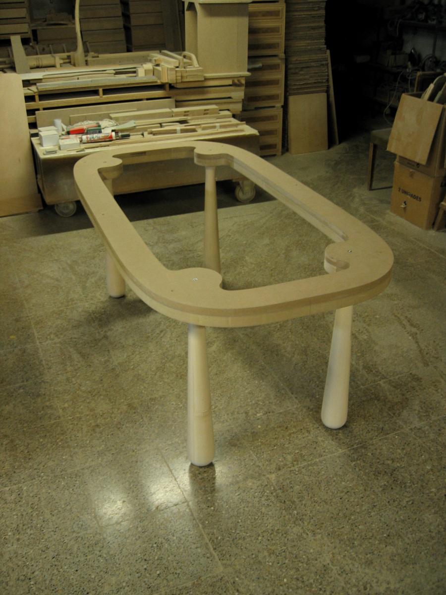 Estructura de la taula en d.m. i potes tornejades de fusta de til·ler.