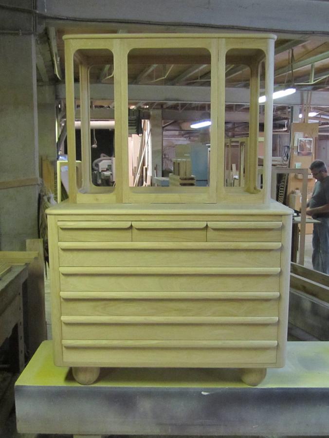 El moble en el taller, acabat a punt per vernissar.