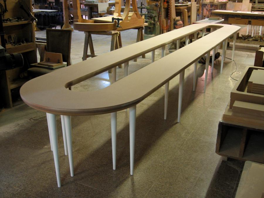 La taula expositor de sabates llarga.