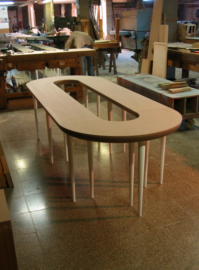 La taula expositor petita tenia el sobre de d.m. i les potes tornejades de fusta de til·ler