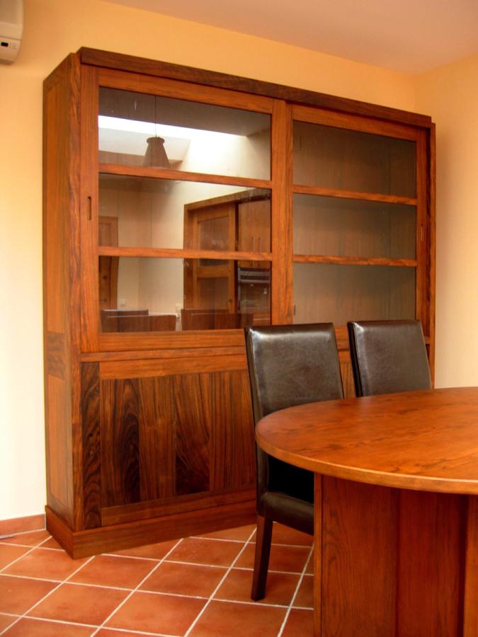 Moble vitrina en fusta de mongoi massis.