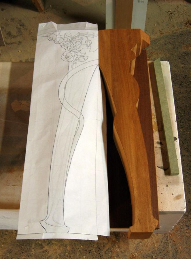 Dibuix i peça de fusta per esculpir la pota.