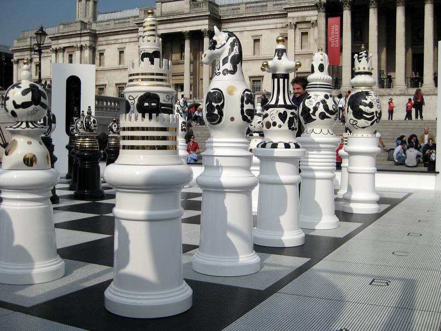 Jaime Hayon enmig de les figures dels escacs.