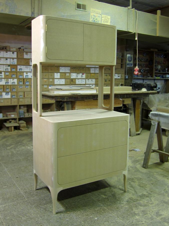 El moble acabat en crú al taller.