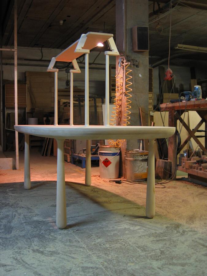 La taula amb l'estructura per posar la pantalla de la làmpada