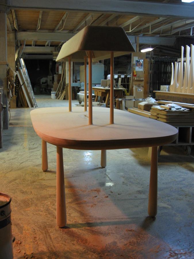 La taula amb la lampada central montada.