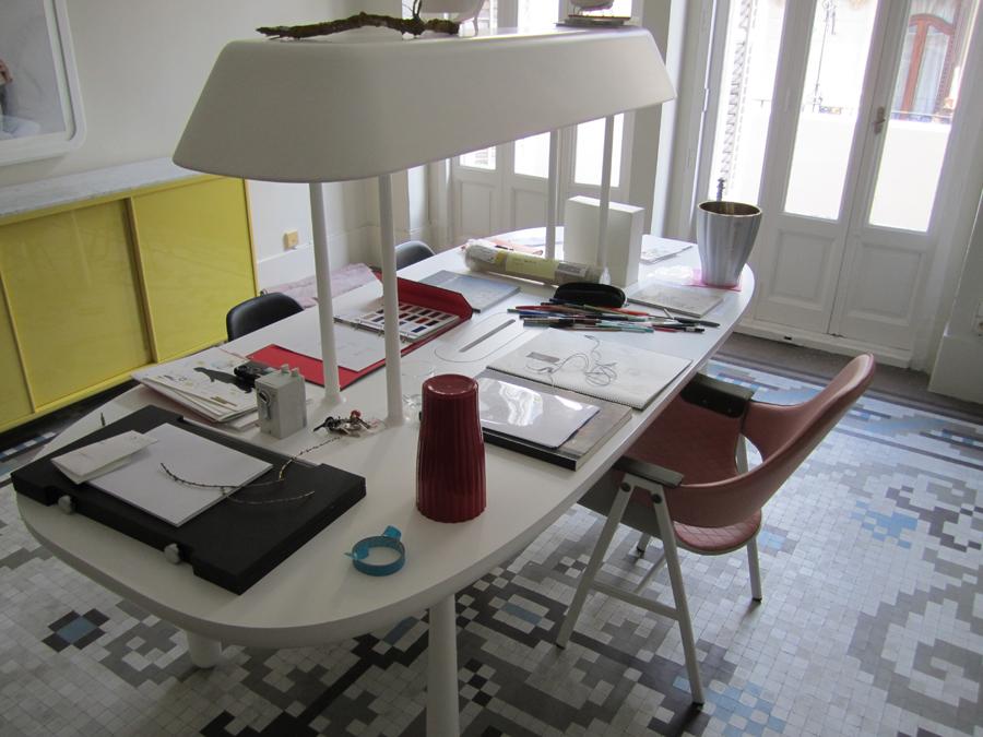 La taula a l'estudi de diseny HayónStudio a València.
