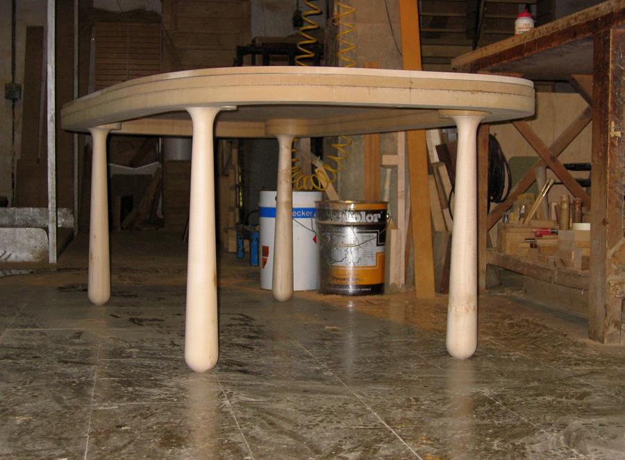 La taula al taller, en construcció.