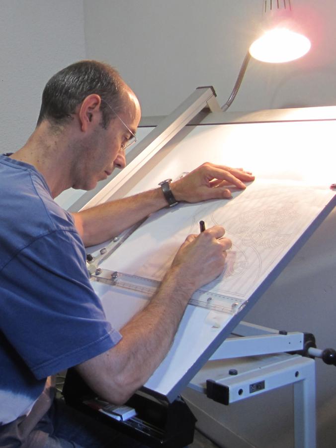 Dibuixant els planols del moble, dibuix dels vitralls.