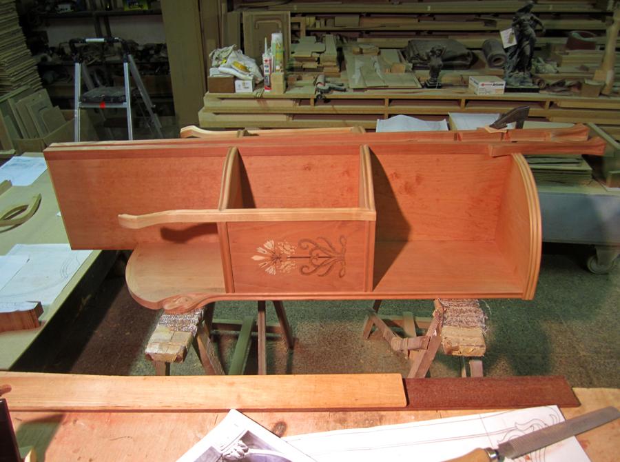 Estructura del moble en procés de muntatge.