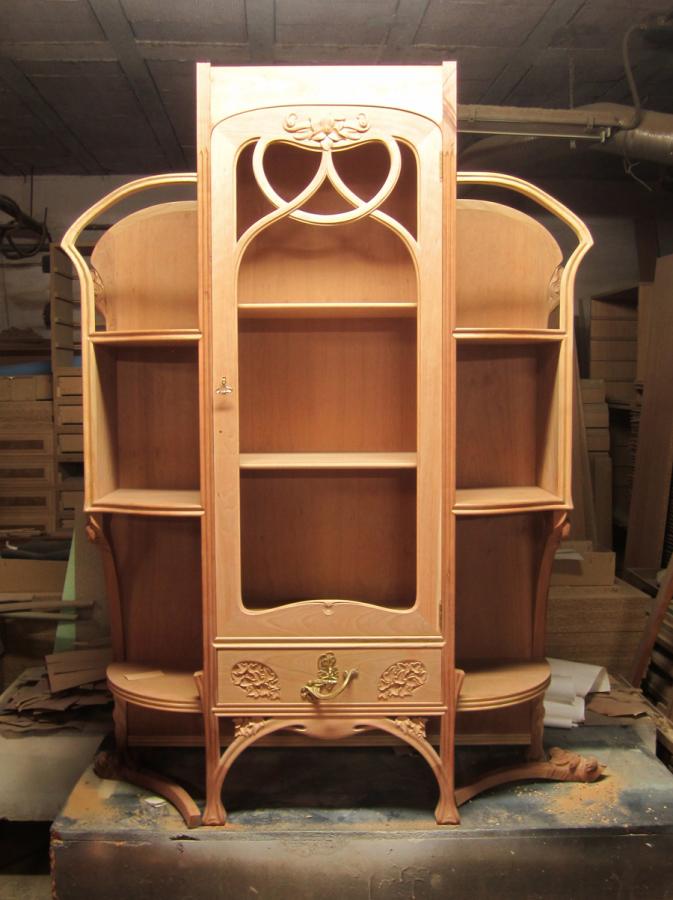 Estructura amb la porta de la vitrina posada.