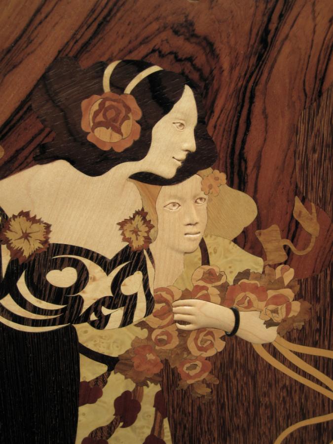 Detall de les cares en relleu de fusta d'auró.