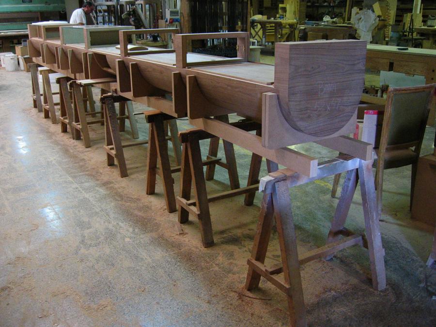 El gran mostrador al taller en procés de muntatge.