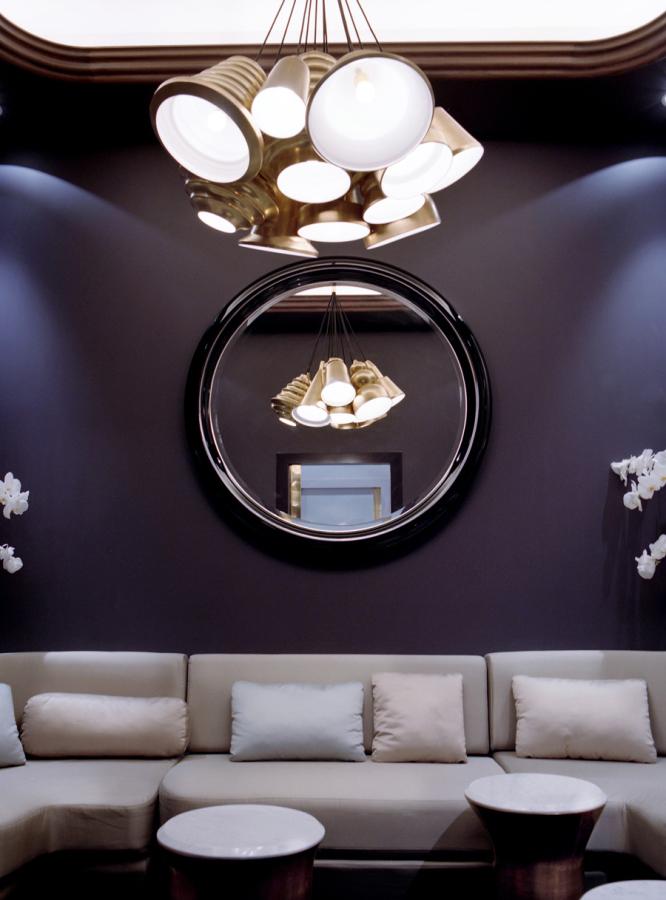 El mirall lacat negre brillant a la sala de la joieria. Fotografia de Nienke Klunder.