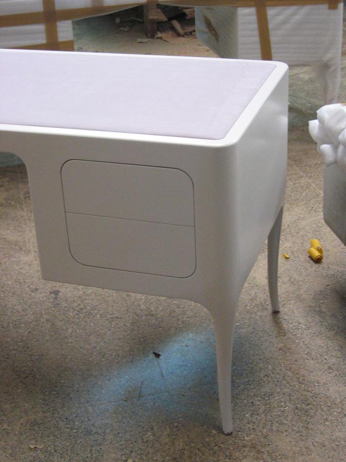 Detall de la taula amb el sobre forrat de tela, al taller.