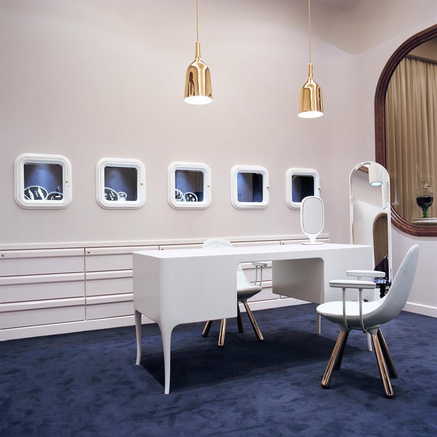 La sala d'atenció al client amb la taula lacada de color blanc brillant. Fotografia de Nienke Klunder.