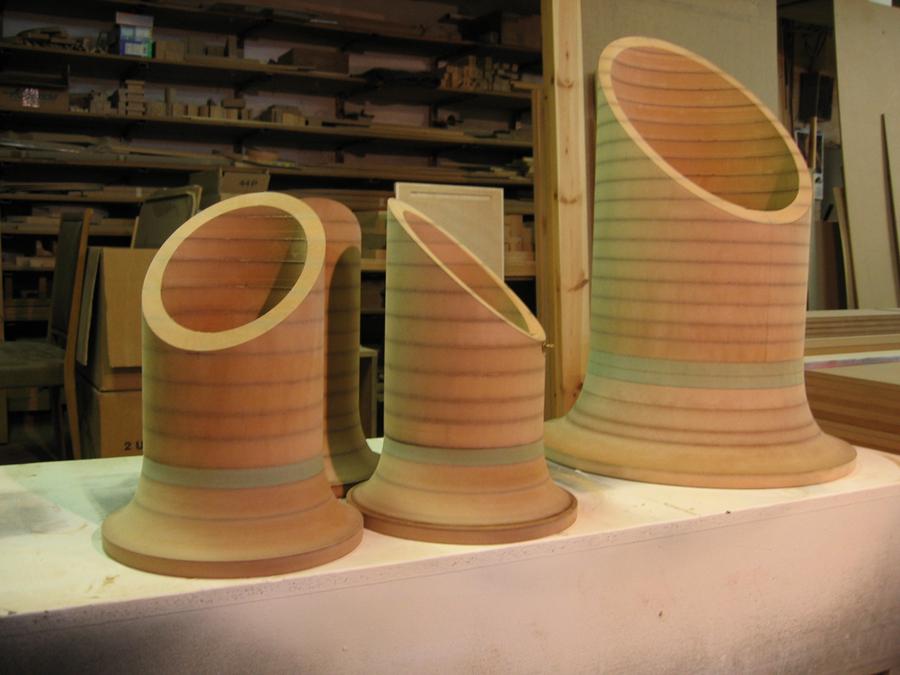 Els tubs que formen les vitrines expositores de la taula orgue.