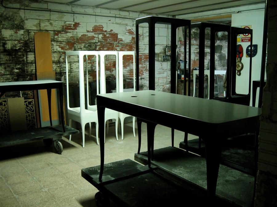 Sèries de mobles en procés de lacat.