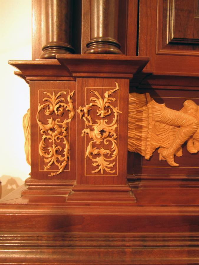 Detall de la decoració de talla de fusta d'auró incrustada en l'estructura de la porta.