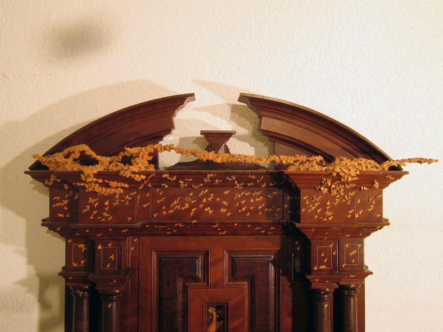 Part superior de la porta amb la bandada d'ocells.
