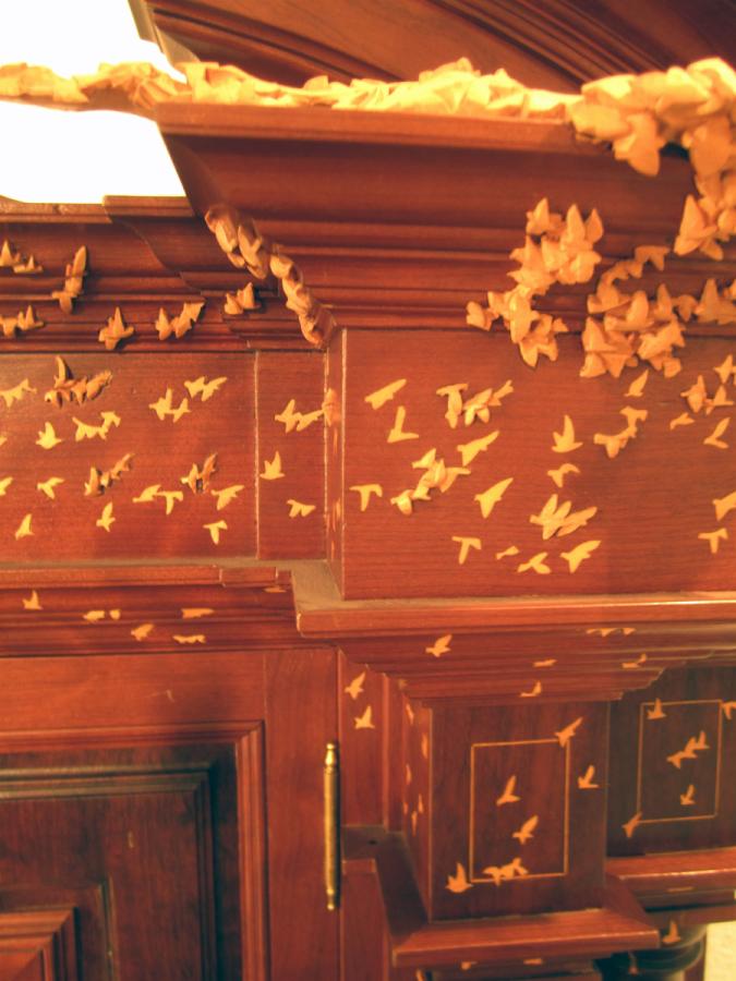 Detall dels ocells incrustats en les motllures i columnes de la porta.