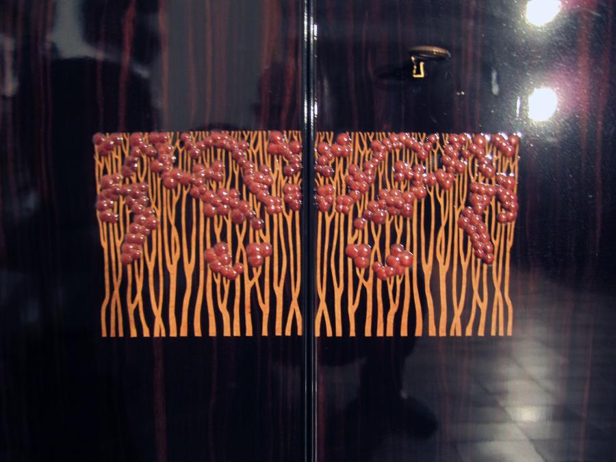 Detall de la decoració de les portes.