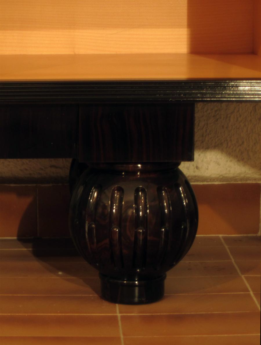 Detall dels peus en forma de boles, tallades en fusta de banús.