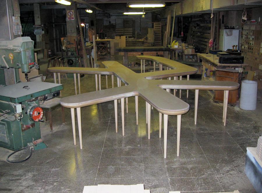 La taula montada en crú abans de lacar.