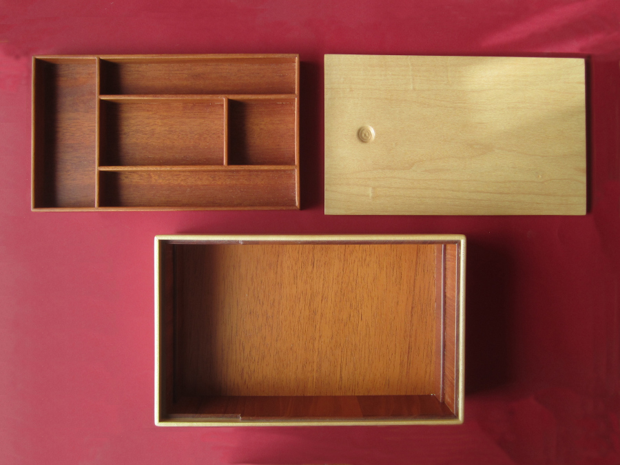 Amb la tapa oberta y amb la safata treta, deixant obert el fons de la caixa.