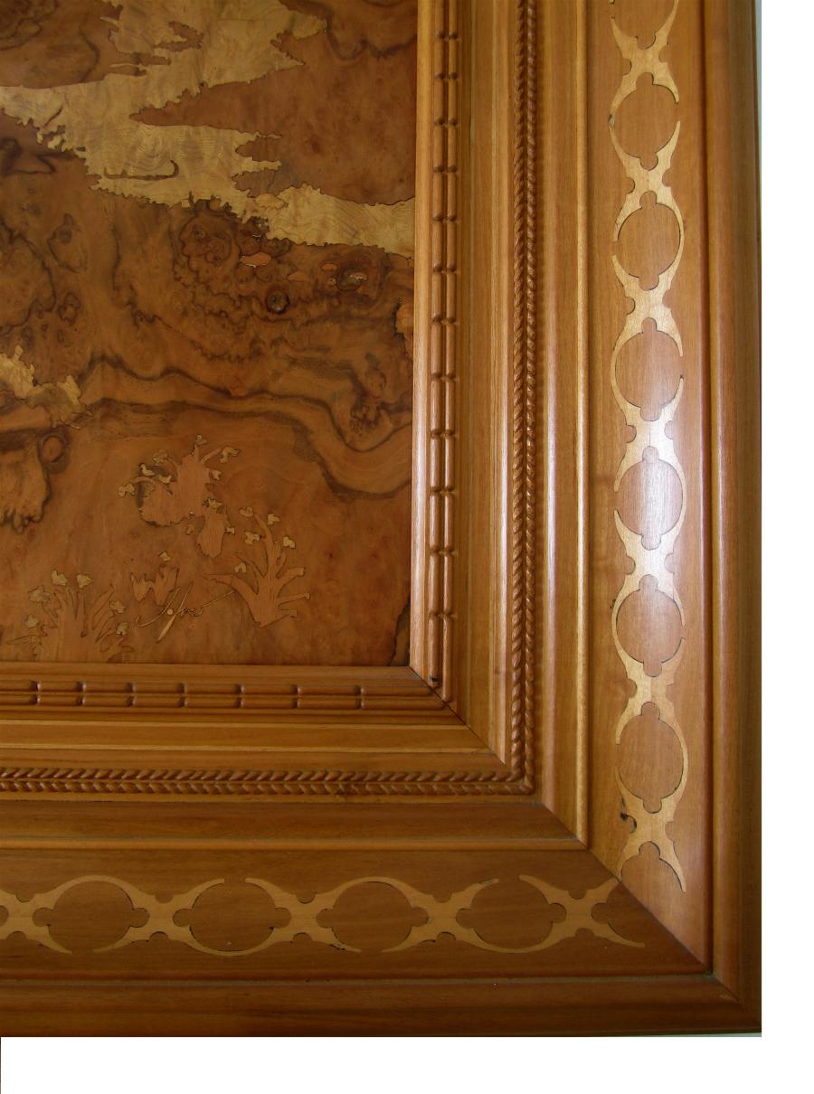 Detall del marc de mansonia i les incrustacions d'auró.