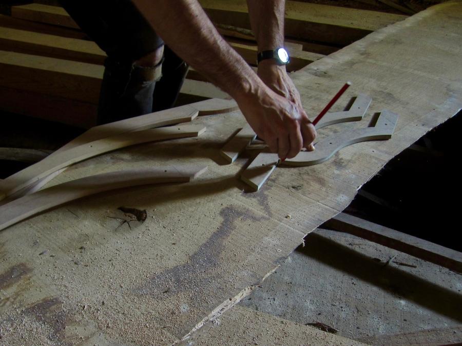 Procés de selecció de la fusta per retallar les diferents peces de les motllures i les portes, en aquest cas les peces corbes.