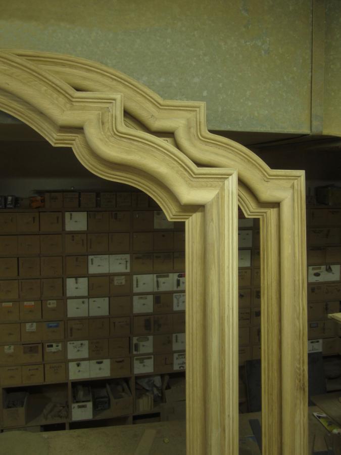 Detall de les tapetes en arc de les portes.