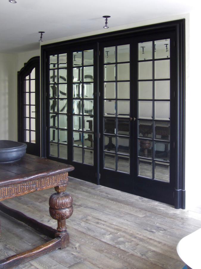 L'armari de portes amb miralls bisellats.