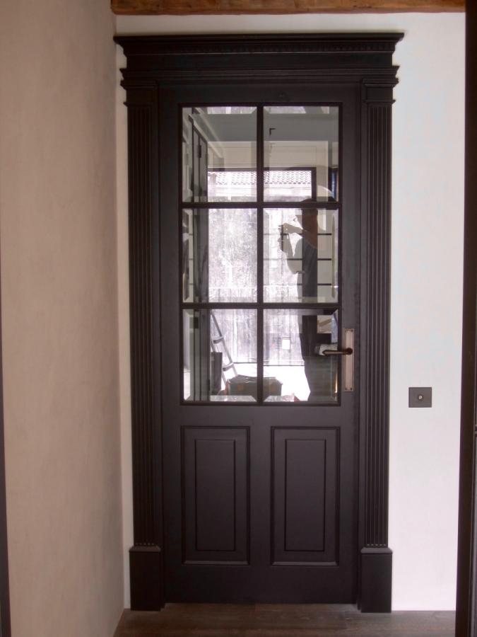 Porta d'entrada a l'habitació, amb columnes.